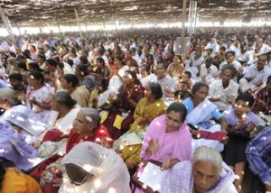 Women listening to the sermon at Maramon Convention. (Image courtesy http://www.manoramaonline.com/)